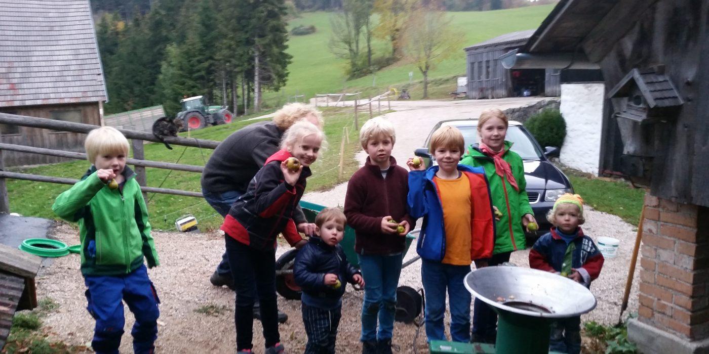 Kinder beim Saftpressen